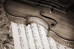 小提琴witn的接近的老照片评分 免版税图库摄影