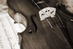 小提琴witn的接近的老照片评分 免版税库存照片