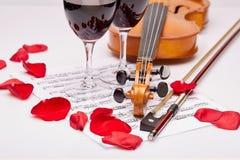 小提琴、笔记和红葡萄酒 图库摄影