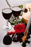 小提琴、红色玫瑰和酒 免版税库存照片