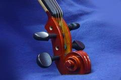 小提琴串、纸卷和钉 图库摄影