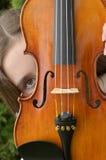 小提琴偷看 免版税库存图片