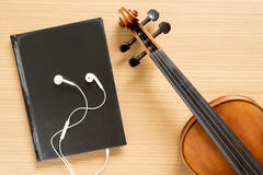 小提琴和笔记本顶视图有耳机的 免版税库存图片