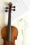小提琴和音乐职员顶视图有耳机的 免版税库存照片