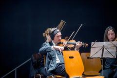 小提琴手为乐队戏剧做准备 图库摄影