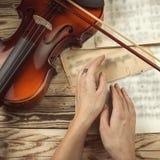 小提琴手手 库存照片