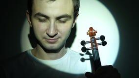 小提琴手畏缩,当拿着无意识而不停地拨弄时 股票视频