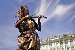 小提琴球员 埃尔米塔日博物馆背景 图库摄影