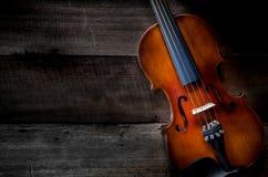 小提琴音乐会顶视图在黑暗的木地板上的 免版税库存图片