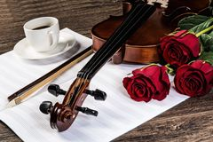 小提琴,上升了,咖啡和乐谱 库存图片