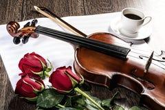 小提琴,上升了,咖啡和乐谱 免版税库存照片