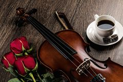 小提琴,上升了,咖啡和乐谱 免版税图库摄影
