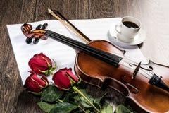 小提琴,上升了,咖啡和乐谱 库存照片