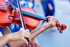小提琴,在小提琴的串的手 图库摄影