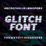 小故障字母表字体 在glitched背景的倾斜类型信件和数字 免版税库存图片