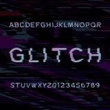 小故障字母表字体 在glitched背景的损坏的类型信件和数字 图库摄影
