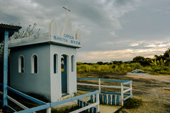 小教会在农场-日落 免版税库存照片
