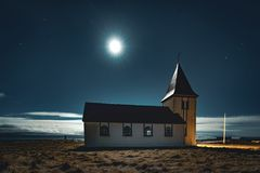 小教会在冰岛在Snaefellsnes在与月亮的晚上担任主角蓝天和云彩 库存图片