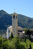 小教会在意大利山村 库存照片