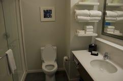 小整洁的旅馆卫生间设计 库存图片