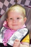 小新出生的女婴在汽车座位休息 免版税图库摄影