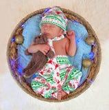 小新出生的男孩圣诞节画象  图库摄影