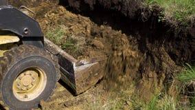 小新房的挖掘机开掘的基础坑 股票视频