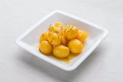 小新的煮的土豆扔用在橄榄油o的新鲜的草本 免版税库存照片