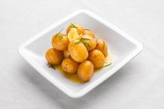 小新的煮的土豆扔用在橄榄油o的新鲜的草本 免版税库存图片