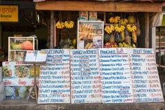 小旅游室外咖啡馆在Vang Vieng,老挝 库存照片