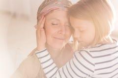 小有同情心的儿童拥抱的母亲 免版税库存照片