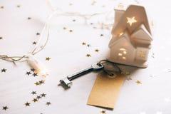 小有标记和钥匙的玩具白色房子 图库摄影
