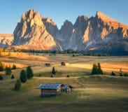 小木房子在日落的美丽的山谷 库存图片