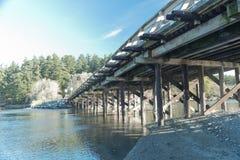 小木桥梁在新早晨, Esquimalt盐水湖,温哥华岛 免版税图库摄影