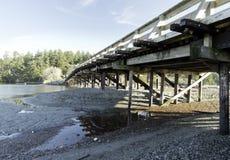 小木桥梁在Esquimalt盐水湖,温哥华岛 免版税图库摄影