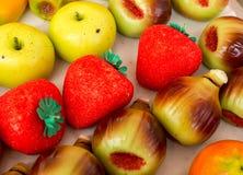 小杏仁饼分类 与五颜六色的果子形状的甜小杏仁饼 小杏仁饼是典型的西西里人的甜点 烹调意大利语的食品成分 免版税库存照片