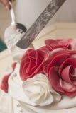 小杏仁饼在婚宴喜饼的红色玫瑰 免版税库存图片