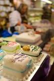 小杏仁饼在显示的被盖的装饰的蛋糕 免版税库存图片
