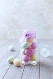小杏仁饼在瓶子的复活节彩蛋 免版税图库摄影