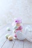 小杏仁饼在瓶子的复活节彩蛋 免版税库存图片