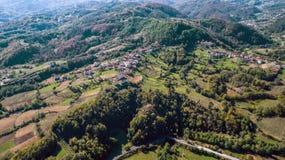 小村庄到山里 库存照片