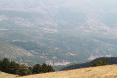 小村庄和乡下从上面 免版税库存照片