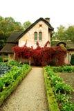 小村庄和村庄在女王/王后的小村庄,凡尔赛,法国从事园艺 库存照片