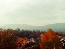 小村庄在山的秋天 免版税库存图片