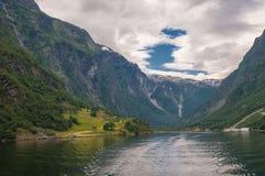 小村庄在Naeroyfjord,挪威 免版税库存图片