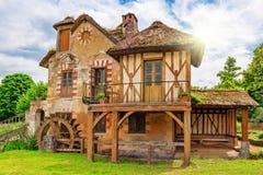 小村庄在Versail附近的女王玛丽・安托瓦内特的庄园风景  免版税库存照片