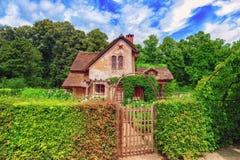 小村庄在Versail附近的女王玛丽・安托瓦内特的庄园风景  免版税库存图片