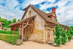小村庄在Versail附近的女王玛丽・安托瓦内特的庄园风景  图库摄影