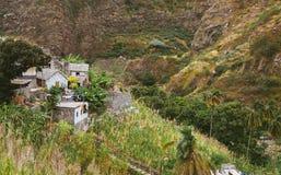 小村庄地方石房子在豪华的绿色植被和山之间的环境美化 圣安唐岛佛得角 库存照片