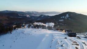 小村庄的空中射击在雪盖的山的,4k令人惊讶的图 影视素材